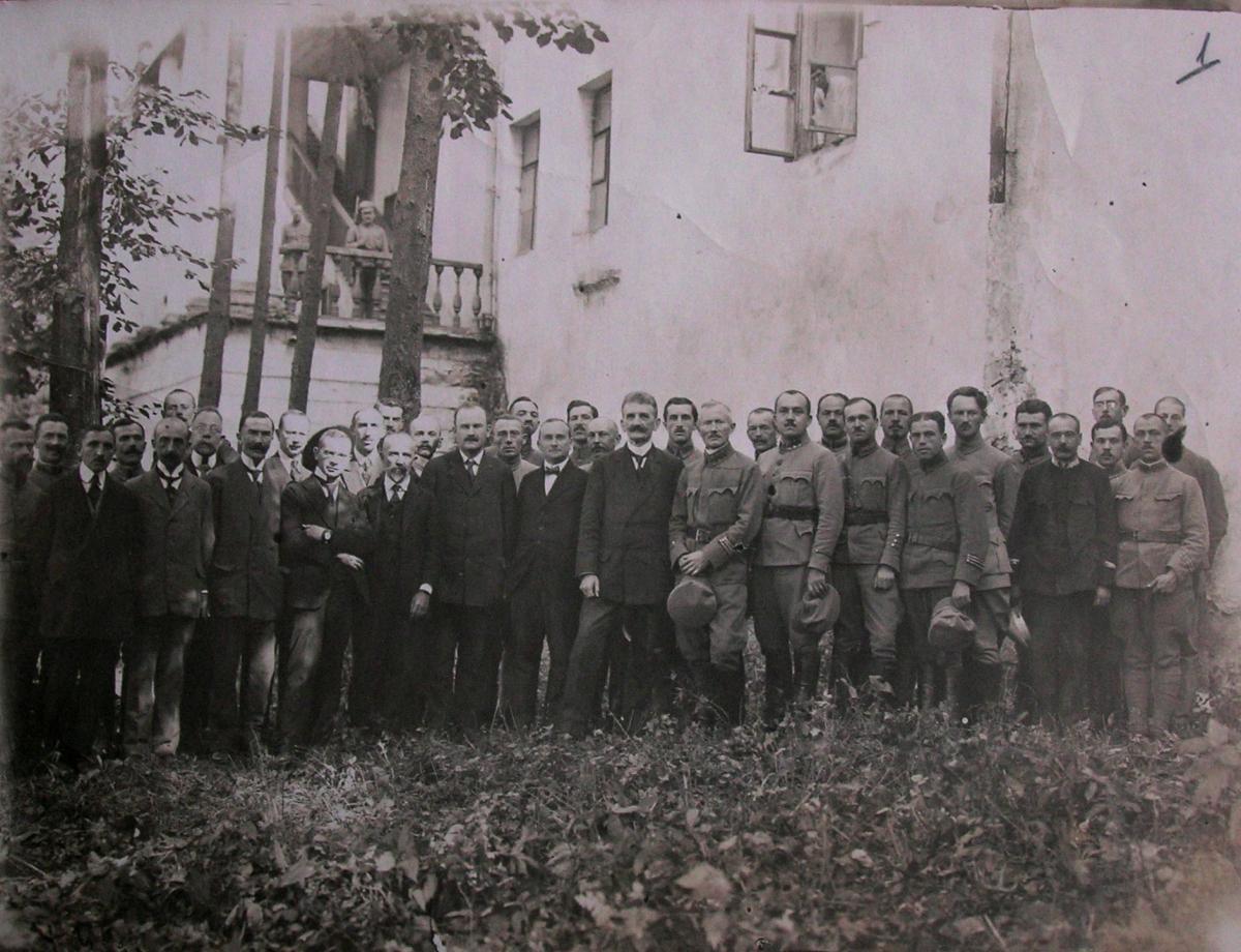 Президент ЗУНР Євген Петрушевич із членами уряду на еміграції у Відні. 1920 рік- Історія в школі